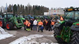 Samling inför traktormarschen i Söderkulla.