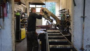 Toffe Fagerlund jobbar med att tillverka galler på Västanfjärds mekaniska verkstad.