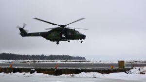 Försvarsmaktens helikoptrar deltog i sjöräddningsövningen utanför Replot. Helikoptern lyfter från Vallgrunds sjöbevakningsstation.