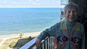 Joan Gill Blank har en fantastisk utsikt över havet från sin lägenhet på tionde våningen vid stranden i Key Biscayne.
