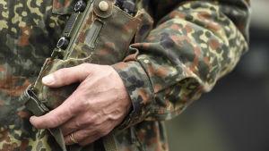 En soldat inom Bundeswehr håller en radio.