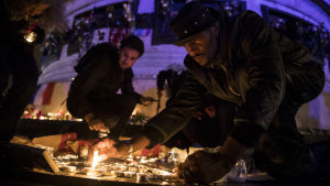 Mänskor minns de döda i terrordådet i Paris 2015.