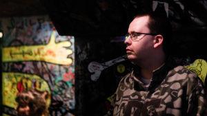 Porträtt på Pekka Lavia i baren Eerikinkatu 11 under en Vaporwave-klubb. Lavia är även känd som Vaporwave-artisten Ursula's Cartridges.