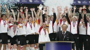 Tysklands damlandslag i fotboll firar segern vid EM 2005.