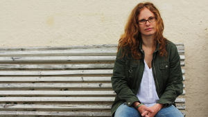 Maria Österåker sitter på en bänk