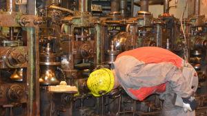 En av Ssab:s arbetare vid en maskin.