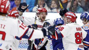 Jarkko Malinen (mitten) firar ett mål med lagkamrater.