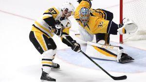 Pekka Rinne möter Sidney Crosby på isen.