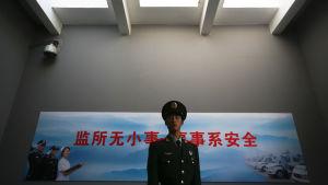 Arkivbild på vakt vid huvudingången till ett fängelse i Peking 25.10.2012