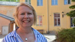 Lektor Elina Vartama på Novias innergård i Åbo.
