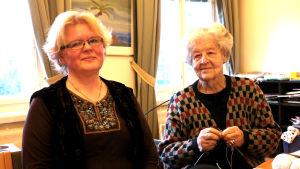 Auli Yli-Äyhö och Kristin Öhman i Kvartersklubbens stickcafé i Åbo