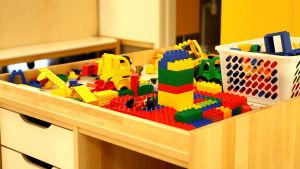 Legobitar på ett bord på Kalax daghem.