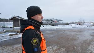 Översjöbevakare Johnny Sten ute vid Vallgrunds sjöbevakningsstation.