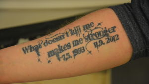 Tatuering med texten What doesn´t kill me makes me stronger 7.5.1993 11.9.2012