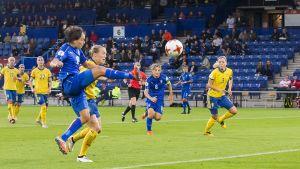 Daniela Sabatino gör mål mot Sverige.