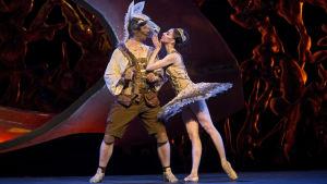en scen ur En midsommarnattsdröm som balett i koreografi av Jorma Elo 2015.