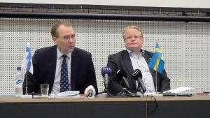 Försvarsminister Peter Hultqvist på besök hos Jussi Niinistö.