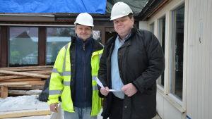 projektledare Mika Jokinen och fastighetschef Seppo Phil utanför gamla tandvårdscentralen i Pargas.