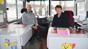 Roland Bergholm och Erica Skogster har skött Sibbos bokbuss de senaste åren.