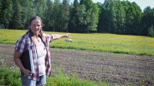 Maria Mäkinen pekar mot området dit det nya stenbrottet planeras
