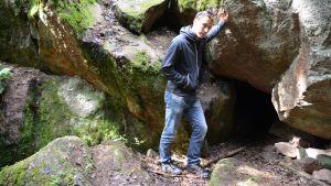 esa huttunen vid ingången till brannis grotta i strömfors 11.07.2016