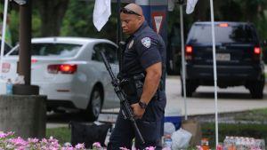 Polis patrullerar utanför ett sjukhus i Baton Rouge söndagen den 17 juli 2016, då tre poliser sköts ihjäl i staden.