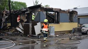 Brandmän släcker det sista efter en omfattande husbrand i Österås 20.6.2017.