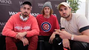 De tre amerikanska producenterna Cheat Codes poserar, de bär keps respektive beanie, en gör V-tecknet med vänsterhanden.
