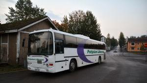En parkerad buss som är tom.