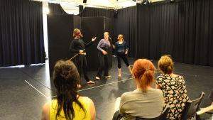 Studerande på fysisk teater uppträder. Elin Smedlund i mitten.