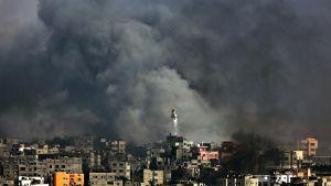 Israel anfaller Gazaremsan juli 2014.