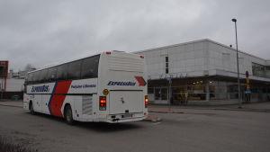 En buss hämtar passagerare vid Fokushuset i Karis.