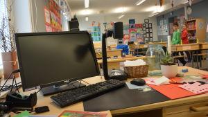 Dator i ett klassrum.