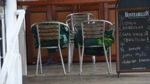 Tomma stolar på restaurangdäck.