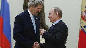 Rysslands president Putin välkomnar USA:s utrikesminister Kerry vid ett möte i Kreml