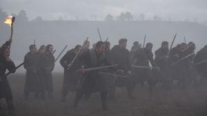 Macbeth leder sin härskara i grådiset.