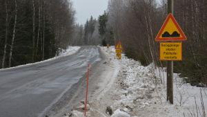 Varning för beläggningsskador på vallgrundsvägen