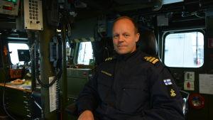 Kommendörkapten Sami Rauhanummi på minfartyget Hämeenmaas brygga.