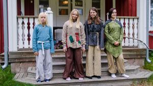 Justus Kammonen, Matilda Nygård, Jenna Nystedt och Adele Sandvik i rollspelsmundering.