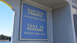Skylt där det står Tänk på Östersjön, kasta inte skräp i havet.
