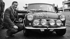 Rallyföraren Timo Mäkinen forograferad i slutet av 1960-talet invid en rallybil.