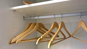 Klädhängare i en tom garderob.