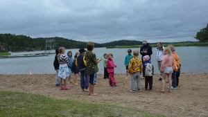 Simskolebarnen samlas på stranden.