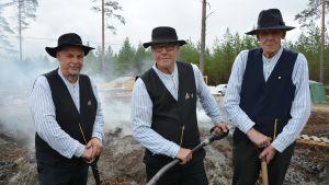 Håkan Sand, Sven Eklund och Kurt Råstu från Övermark-Yttermark Lions, vid tjärdalen i Övermark.
