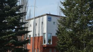 Sjundeås kommunhus med Sjundeå kommuns vapen på väggen.