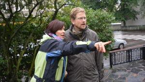 Programledare Nina Sederlöf och Experttimmens egen expert trädgårdsagronom Johan Slätis besöker en nyligen anlagd trädgård i Bortre Tölö.