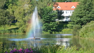 Fontänen i Pumpviken i Karis var färggrann