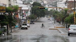 Öde gator i staden Puerto Vallarta inför orkanen Patricias ankomst.