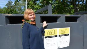 Siv-Britt Höglund vid återvinningspunkten i Roparnäs i Vasa.