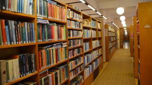 Lovisa huvudbibliotek inifrån, bokhyllor i massor